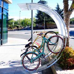 Слово «велопарковка» чаще всего ассоциируется с унылым куском металла, ультимативно торчащим из асфальта. В массе своей паркинг для велосипедов ровно так и выглядит. Но есть и приятные глазу исключения. Вот самые интересные из них.