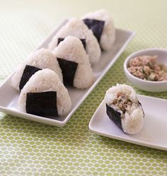 Onigiri au thon et concombre - cuisine japonaise - Recettes de cuisine Ôdélices - Cute Food, I Love Food, Yummy Food, Salty Foods, Exotic Food, Aesthetic Food, Food Cravings, Korean Food, Japanese Food