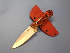 """Bei diesem Bushcraft-Messer habe ich die 10,8 cm lange Klinge aus Böhler N690 hohlgeschliffen.  Die Gesamtlänge beträgt 21,8 cm.  Die Griffschalen bestehen aus dem neuen Material """"KIRINITE"""". Ein Verbundmaterial auf Acryl-Basis.  Zu dem Messer gehört die von mir handgemachte Kydex-Scheide (TecLock-kompatibel)."""