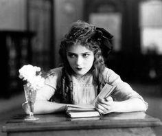 "Mary Pickford leyendo en ""Poor little rich girl"" (1917)"