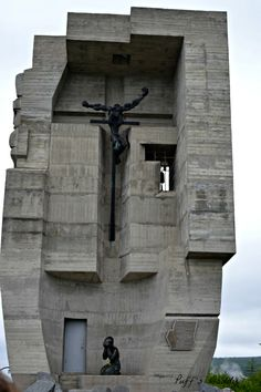 The Mask of Sorrows The design was created by famed sculptor Ernst Neizvestny, whose parents fell victim to the Stalinist purges of the 1930s; the monument was constructed by Kamil Kazaev. The mask stands 15 metres high and takes up 56 cubic metres of space. The Mask of Sorrow is a monument in Magadan in Russia dedicated to those who died in Soviet gulags.
