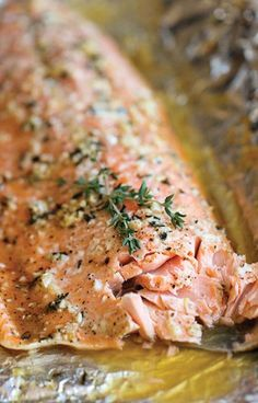 Honey Salmon in Foil. A no-fuss super easy salmon dish that's baked in foil for the most tender most flavorful salmon ever! Just 10 min prep! Best Salmon Recipe, Baked Salmon Recipes, Fish Recipes, Seafood Recipes, Cooking Recipes, Oven Recipes, Honey Salmon, Garlic Salmon, Grilled Salmon