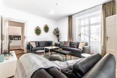 Rekonstrukce bytu v Brně na Náměstí Svobody. Inspirace pro vybavení a dekoraci obývacího pokoje. #homedesign #livingroom #decoration #homedecoration Couch, Furniture, Home Decor, Settee, Decoration Home, Sofa, Room Decor, Home Furnishings, Sofas