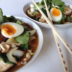 Op zoek naar een lekker en snel vegetarisch recept? Probeer eens deze vegetarische Japanse Ramen met paksoi, boekweitnoodles en ei. Makkelijk en snel klaar!