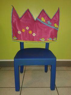 ** Verjaardagsstoel **  - oud stoeltje afschuren en schilderen - kroon van vilt    °°° De vilten kroon is extra groot zodat deze op elke stoel past °°° -------->  gemaakt met behulp van ons mama :)