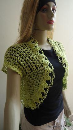Colete feito com linha em tricô a mão.