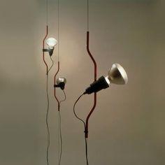 Flos Parentesi Spot. Lampen giver frihed, og giver et direkte lys, egner sig super godt som læselys. Klik ind på hjemmesiden og se vores store udvalg