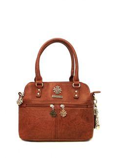 Bagsac Bellona -sarjan konjakin värinen käsilaukku on tyylikäs ja täynnä yksityiskohtia. Käsilaukku on käytännöllinen ja helppo kantaa mukana niin kädessä kuin olalla. Ryhdikäs laukku kätkee sisälleen tilavat sisätilat ja monipuoliset taskut ja tavarat on helppo jaotella kolmeen erilliseen osioon. - BeBag.fi