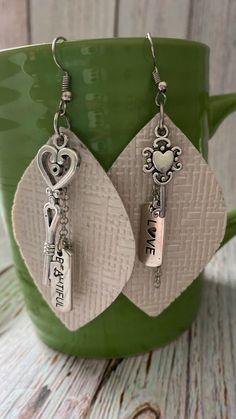 Diy Leather Earrings, Fringe Earrings, Leather Jewelry, Dangle Earrings, Leather Diy Crafts, Leather Projects, Earring Display, Ear Rings, Leather Fringe