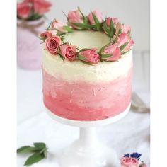Fehlt euch noch eine Idee für den Valentinstag? Das Rezept für das Himbeer-Ombré-Törtchen wäre doch passend, oder? Kommt gut in den Tag, ihr Lieben  #recipeonmyblog #himbeeren #ombre #ombré #valentinstag #valentine #bemine #happyvalentine #roses #torte #colazioneitaliana #backen #cake #cakestagram #emmaslieblingsstuecke
