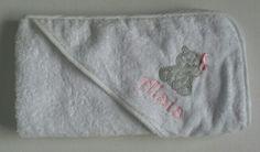 Preciosa capa de baño para Alaia. Porque menos, aveces es más. #canastillasbebe #bordadospersonalizados #babyshowers #regalosnavidad #regalosreyes