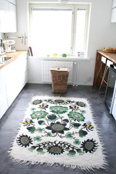 Tikau Bombroo by Klaus Haapaniemi in green colour is really warm and fresh with this white kitchen in Helsinki. Beige Carpet, Diy Carpet, Nordic Home, Cool Rugs, Scandinavian Interior, Carpet Runner, Soft Furnishings, Decorative Items, Printing On Fabric