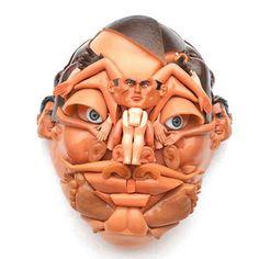Esculturas de rostos bizarros feitos com braços, pernas e outras partes de bonecas