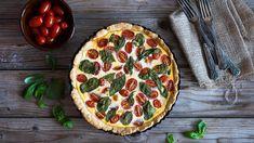Dnes si můžete připravit rajčatový quiche smozzarellou a bazalkou. Tuto pochoutku doma hravě zvládnete! Jen pozor, je možné, že linoucí se vůně přiláká i nečekanou návštěvu.