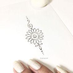 Pequena e delicada ✨ #unalometattoo #unalome #goldtattoo #sunflower #sunflowertattoo #jewelrytattoo #rustictattoo