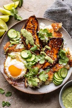 dinner ideas clean eating Crispy Rice Bowl with Browned Butter Sweet Potatoes and Herby Green Tahini. Sauce Tahini, Tahini Recipe, Pesto Sauce, Clean Eating, Healthy Eating, Healthy Food, Vegetarian Recipes, Healthy Recipes, Ramen Recipes