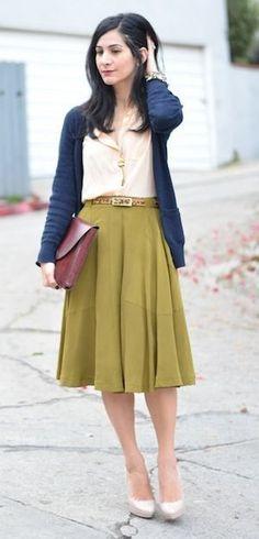 緑・グリーンのスカート着こなしコーデ カーディガン スカート パンプス ブラウス 春コーデ 秋コーデ