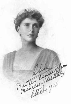 Princesa Alicia de Battenberg, en septiembre de 1943, el ejército alemán ocupó Atenas, donde una minoría de judíos griegos había buscado refugio. La mayoría —aproximadamente 60 000 de una población total de 75 000— fue deportada a campos de concentración nazis, donde todos, excepto 2000, murieron. Durante este período, Alicia ocultó a la viuda judía Rachel Cohen y a dos de sus cinco hijos que buscaban evadir a la Gestapo y la deportación a los campos de exterminio.