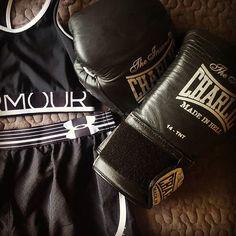 Ready to hit 👊 #40andfit #emporiobarcelo #boxinglife #boxingworkout #lovetohit #boxing #charlie #madeinhell #hitashardasyoucan #nevergiveup #focus #tothetop #progressing #enjoythemoment #strongisthenewsexy #motivated #evolution #power