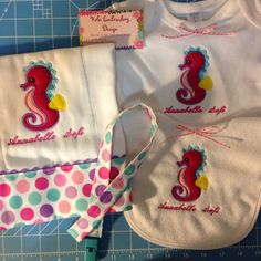 Set de bebe >pañito,babero,onesis & porta bobo< Kelei Embroidery Design