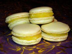 Forte de mon premier succès avec la recette de macarons de C. Felder, je me suis à nouveau lancée dans l'aventure, cette fois avec du lemon curd. INGREDIENTS (pour 40 macarons) 200 g de poudre d'amandes 200g de sucre glace 5 cl (soit 50 ml) d'eau 200g...