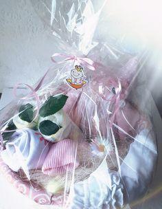 Cesta Luz.- 19'95€ Ramo de pañales con body y calcetines recién nacido, culotte y búho de trapo, en cesta de mimbre vestida en tonos rosas y blancos