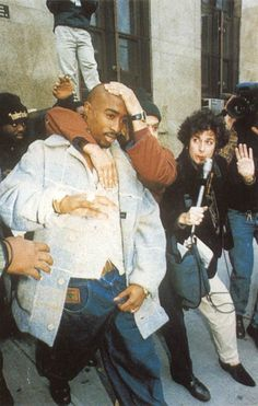 Tupac never really liked the paparazzi. Tupac Shakur, Arte Do Hip Hop, Tupac Wallpaper, Tupac Art, Tupac Pictures, Tupac Makaveli, Gangster, Best Rapper, American Rappers