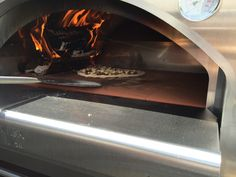 Fast wie beim Profi gleitet die Pizza in den Ofen