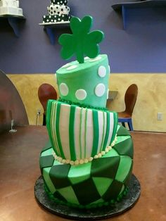in my wildest dreams I couldn't make this cake. Cupcakes, Cupcake Cookies, Beautiful Cakes, Amazing Cakes, Irish Cake, Decors Pate A Sucre, St Patricks Day Cakes, Fondant, Fantasy Cake