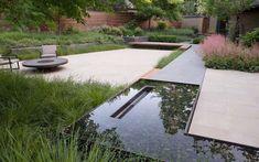 Moderne Gartenideen - Teich, Terrasse mit Feuerstelle und Stauden