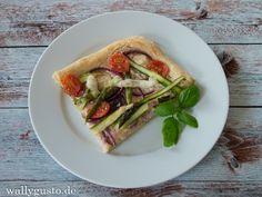 Pizza mit grünem Spargel, Tomaten und roten Zwiebeln ist ein perfektes Frühlingsgericht für alle die es herzhaft mögen ohne auf Spargel verzichten zu müssen