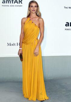 Rosie Huntington-Whiteley con vestido asimétrico de color azafrán con detalles dorados de Emilio Pucci Otoño 2014