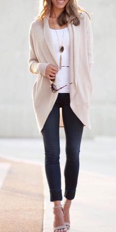 35 Modern Street Style Ideas to Try - 11 - The cozy and popular Barefoot Dreams cardigan is fully stocked i Source by outfit Jeggings Outfit, Cardigan Outfits, Summer Cardigan Outfit, Trendy Outfits, Fall Outfits, Fashion Outfits, Work Fashion, Barefoot Dreams Cardigan, Streetwear