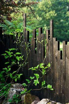 Houten palen als tuinafscheiding.