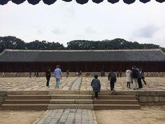 조선시대 왕과 왕후의 신주가 종묘의 핵심이건만 굳게 닫힌 문 때문에 보지 못 했다. 핵심은 빠지고 껍데기인 건물과 주변 풍경만 보고 말았다. #종묘
