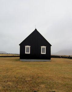 black house exterior with white framed windows. Black Exterior, Interior And Exterior, Black Barn, Dream House Exterior, House Exteriors, Cabins And Cottages, Jolie Photo, Little Houses, Black House