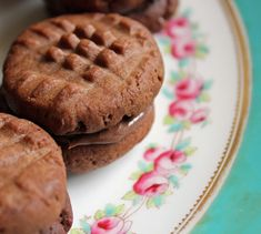 A recipe for easy chocolate fork biscuits sandwiched together with Nutella (other chocolate hazelnut spreads will do! Greek Desserts, Greek Recipes, Vegan Recipes, Nutella Biscuits, Breakfast Snacks, Food And Drink, Favorite Recipes, Sweets, Cookies