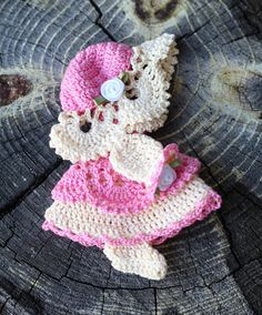 This cute Sunbonnet Sue crocheted magnet will make her smile! Sunbonnet Sue was a very popular quilting block in the 1800s and early 1900s. This