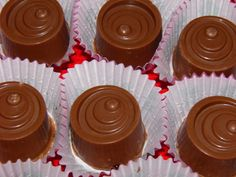 MIS RECETAS RÁPIDAS Y SORPRENDENTES (Recetasdebelen): BOMBONES DE CHOCOLATE CON LECHE RELLENOS DE NARANJ... Choco Chocolate, Chocolate Candy Recipes, I Love Chocolate, Crazy Cakes, Mini Cheesecakes, Pastry Cake, Ice Cream Recipes, Yummy Cakes, Just Desserts