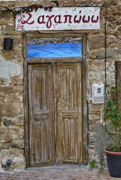 Above the doorway would be so cute as an entrance/balcony header. Entrance Doors, Doorway, Old Doors, Windows And Doors, Beautiful Islands, Beautiful World, Greek Decor, Places In Greece, Grades