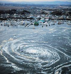 Letourbillon de Narutoest un phénomène causé par l'interaction des marées dans ledétroit de Naruto. Les deux forces se rencontrant ici sont celle de l'océan pacifique et de la mer inférieure de Seto. «Le tourbillon de Naruto a une profondeur allant jusqu'à 1,70 m et un diamètre de près de 20 mètres lors des grandes marées. L'eau y circule à plus de 20 km/h. On ne peut retrouver une vitesse similaire que dans deux autres endroits du monde:Moskstraumenen Norvège etOld Sowaux…