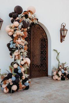 Desert-toned balloon arch Photo: @lizkoston Ballon Arch, Balloon Backdrop, Floral Backdrop, Floral Arch, Balloon Garland, Rose Gold Balloons, Wedding Balloons, Birthday Balloons, Wedding Balloon Decorations