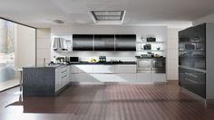Esta es la cocina, es muy grande y luminosa. Hay un horno, un frigorifico y un plano de cocciòn muy grande.