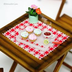 "K.H. Cha @tomatorism 4月18日  ""Making cupcakes"" #momokoph"
