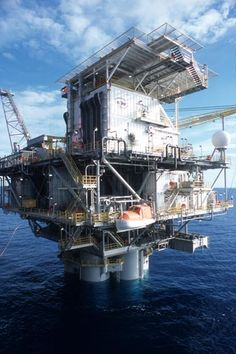 The largest heavy-lift device in the Gulf of Mexico hoists the Red Hawk cell spar from barge to water. Water Well Drilling, Drilling Rig, Gas Work, Oil Rig Jobs, Oil Platform, Oil Refinery, Oil Industry, Chemical Engineering, Felder