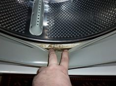 Všichni opěvují ocet, ale toto je stokrát lepší: Žena opraváře praček mě naučila, jak nejrychleji vyčistit celou pračku! – Domaci Tipy Cleaning Recipes, Cleaning Hacks, Bathroom Sealants, Clean Black Mold, Get Rid Of Ants, Clean Washing Machine, Dust Mites, Useful Life Hacks, Cleaning Solutions