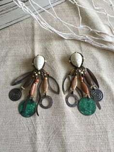 ✿ VINTAGE TRIBAL SHELL & BEAD CLIP ON EARRINGS ✿ Item #012  This listing is for 1 set of Vintage Ivory, Chocolate Brown & Oxidized Copper Green