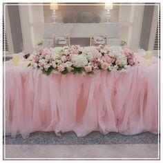 メインテーブル❤️ふわふわなチュールと、チェアサインがお気に入り❤️ #プレ花嫁 #卒業 #披露宴 #メインテーブル #高砂 #チュール #チェアサイン #装花 #ピンク #ホワイト