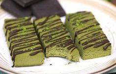 130 kcal Healthy Homemade Matcha Green Tea Fudge Protein Bars - Healthy Dessert Recipes at Desserts with Benefits Low Carb Protein Bars, Protein Bar Recipes, Protein Desserts, Healthy Dessert Recipes, Healthy Baking, Keto Snacks, Protein Brownies, Protein Snacks, Jai Faim