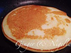 Soffici Pancake con farina di riso, serviti con una deliziosa marmellata homemade di fragole profumata con mandorle amare e vaniglia e frutti rossi.